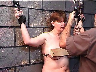 سيدة بدينة يحصل لها الثدي مسمر في الخشب في اللعب المحصنة مع سيد السن