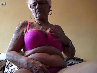 الجدة الألمانية قديمة جدا ولها الثدي المترهل