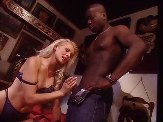 امرأة شقراء شابة مع الرجل الأسود