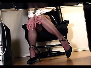 سكرتير طويل الساقين تحت مكتب المتلصص كام الاستمناء