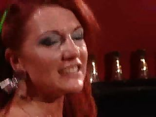 وقحة ناضجة في جوارب سوداء مع الشعر الأحمر الناري