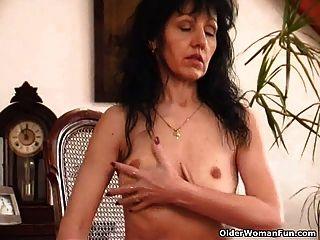 امرأة تبلغ من العمر مع الثدي ساغي وكس مشعر