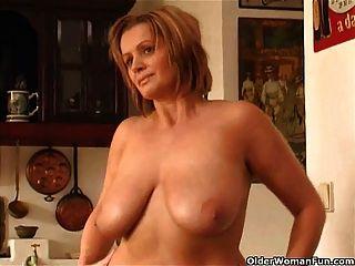 امرأة ناضجة مكتنزة مع كبير الثدي