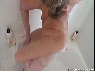 الجدة رائع يحصل لطيفة ورطبة والصابون في الحمام