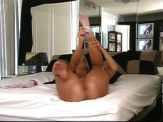 شقراء يحصل على ركبتيها في السرير لتبين لها الحمار جولة