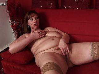 ماما كبيرة يحب للحصول على الرطب على الأريكة لها