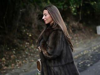 افتضاحي: عارية تحت معطف الفراء لوكس وgarterbelt خمر