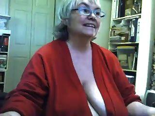 الدهون شرائط الجدة ساغي ويستمني على كاميرا ويب