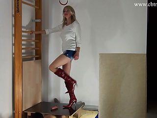 الدوس femdom الديك والكرات في أحذية عالية الكعب