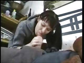 امرأة سمراء الشباب ركوب الديك القديم والحصول على الحمل الوجه