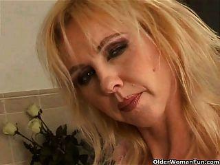 امرأة تبلغ من العمر متعرج مع كبير الثدي dildoing في الحمام