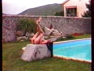 جوزفين في حمام السباحة