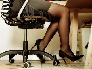 الساقين والقدمين طويلة والكعب العالي مكتب فتاة