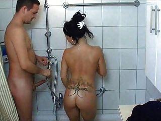 تحصل مارس الجنس الساخنة فتاة جامعية في الحمام