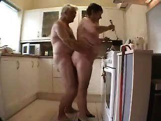 الجدة والجد يلهون في المطبخ