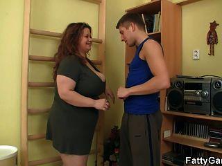 الدهنية titted كبير الملاعين لها مدرب اللياقة البدنية