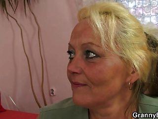 يتم اختيار سيدة تبلغ من العمر صعودا ومارس الجنس