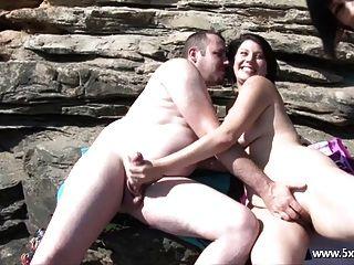 مارس الجنس امرأة سمراء على الشاطئ من قبل الغرباء