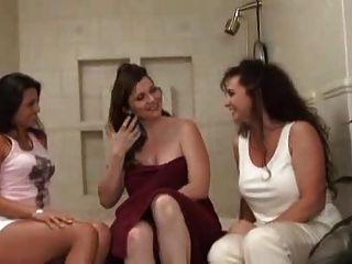 كيشا الثلاثي مع النساء.