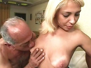 الرجال القديم القبيح يمارس الجنس مع شقراء