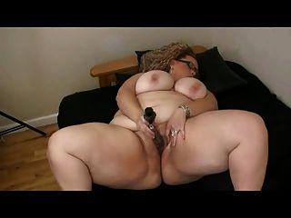 الدهون BBW كبيرة مع كبير الثدي اللعب مع بوسها حليق الرطب