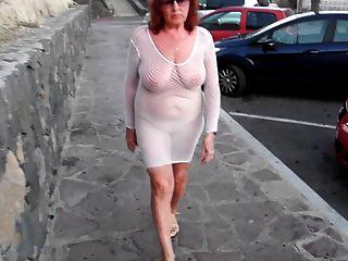 جميلة وقحة ناضجة يمشي في جميع أنحاء المدينة مع الثدي عارية
