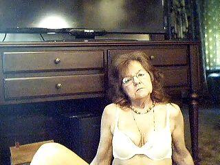 64 y.o.الجدة مثير الحلو مع الشعر الطويل