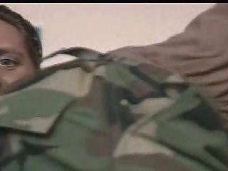 ضباط الجيش تلقي تعليمات من قائد لتمتص صاحب الديك
