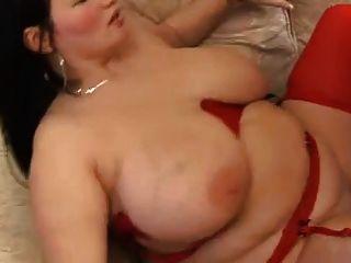 امرأة سمراء مع كبير الثدي السمين في تخزين الأحمر