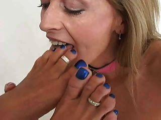 2 السيدات تقبيل لعق و مص أقدام وأصابع القدم