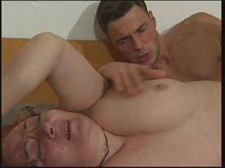 الجدة في النظارات مارس الجنس من قبل شاب