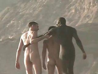 الرجال عارية على الشاطئ