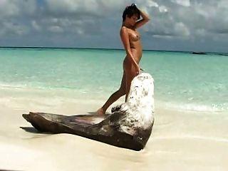 تلعب امرأة سمراء بناتي معها pussie حلق على الشاطئ