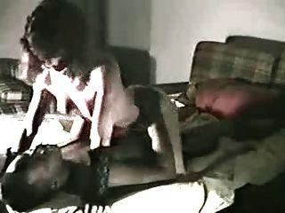 زوجة يأخذ الديك ضخمة سوداء في المنزل بينما الأفلام بعل لها
