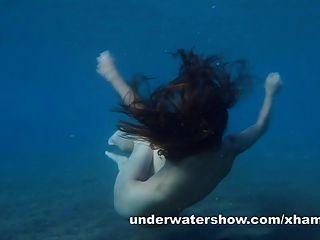 جوليا هو السباحة عارية تحت الماء في البحر
