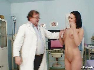 امرأة سمراء بافلينا امتحان المهبل قبل الطبيب القديم في عيادة