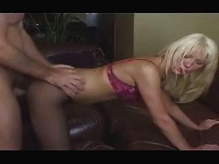 البريطانية وقحة جيني loveitt ساقية مارس الجنس في شريط