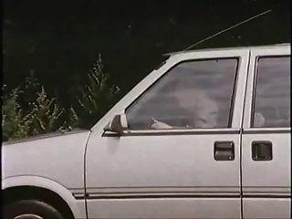 رجل يبلغ من العمر مع عاهرة في السيارة