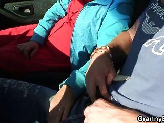 ومسمر وقحة الجدة في السيارة من قبل شخص غريب