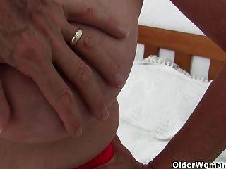 الجدة مع كبير الثدي يحصل على إصبع استغل من قبل مصور