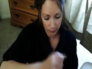 فتاة الهزات قبالة صديقها ويأخذ الحمل في الفم