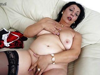 ماما القديم يحب للحصول على الرطب على الأريكة لها