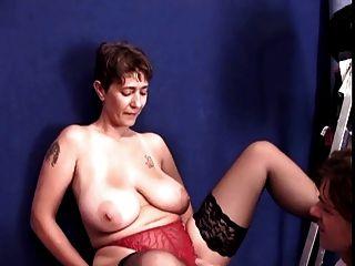 امرأة سمراء جبهة مورو لا تنسى الشعر القصير مع ضخمة الثدي مارس الجنس