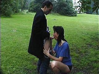 جبهة مورو كبيرة مارس الجنس في حديقة القلعة (جزء 1 من 2)