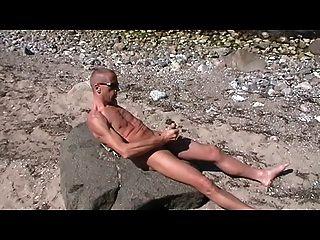 henndrik مثلي الجنس الشاطئ منفرد نائب الرئيس عارية على الحجر