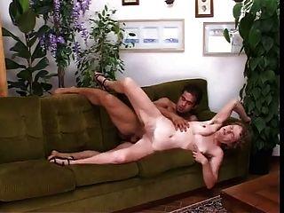 مارس الجنس أمي الايطالية شعر في العضو التناسلي النسوي والحمار على الأريكة