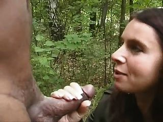 hotwife مص الأسود في الغابة