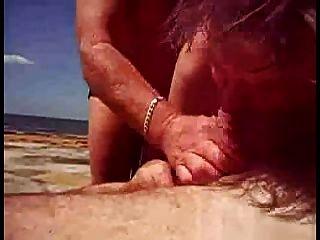 مساعدته على نائب الرئيس على الشاطئ