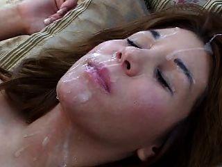 الفتاة على ظهرها يحصل حمولة كبيرة في وجهها والشعر