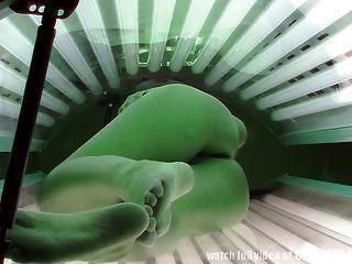المتلصص لقطات حقيقية من كاميرا تجسس في الاستلقاء تحت أشعة الشمس